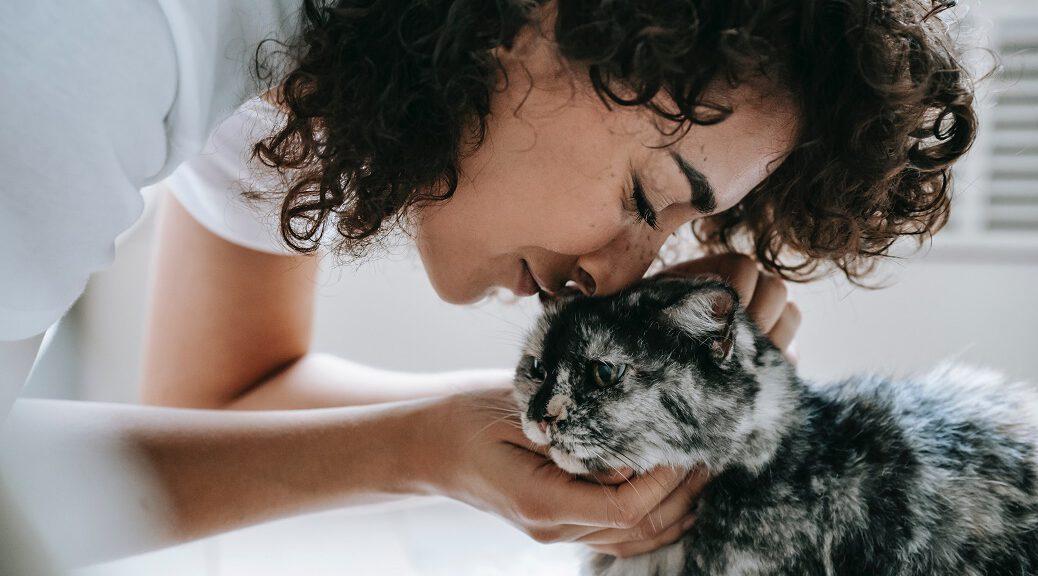 Frau schmust mit Katze